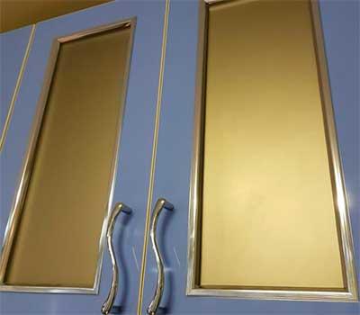 Кухонные фасады пластик витрина со штапиком