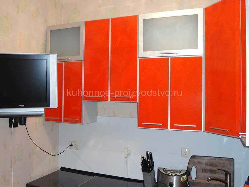 Кухня в пластике в алюминиевой рамке оранжевого цвета