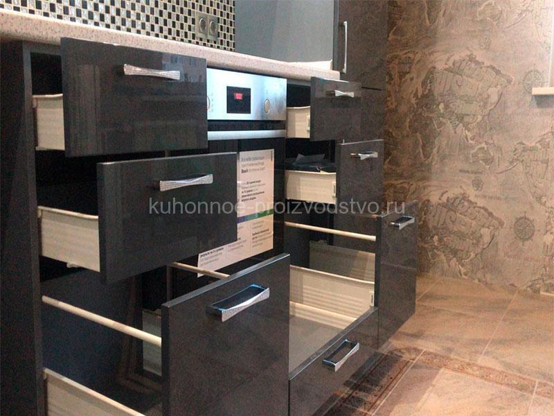 Угловые кухни с пеналом и выдвижными ящиками